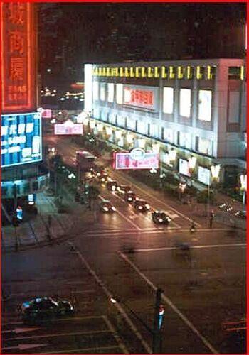Noční křižovatka v Šanghaji